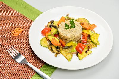 Quinoa-cu-legume-la-tigaie